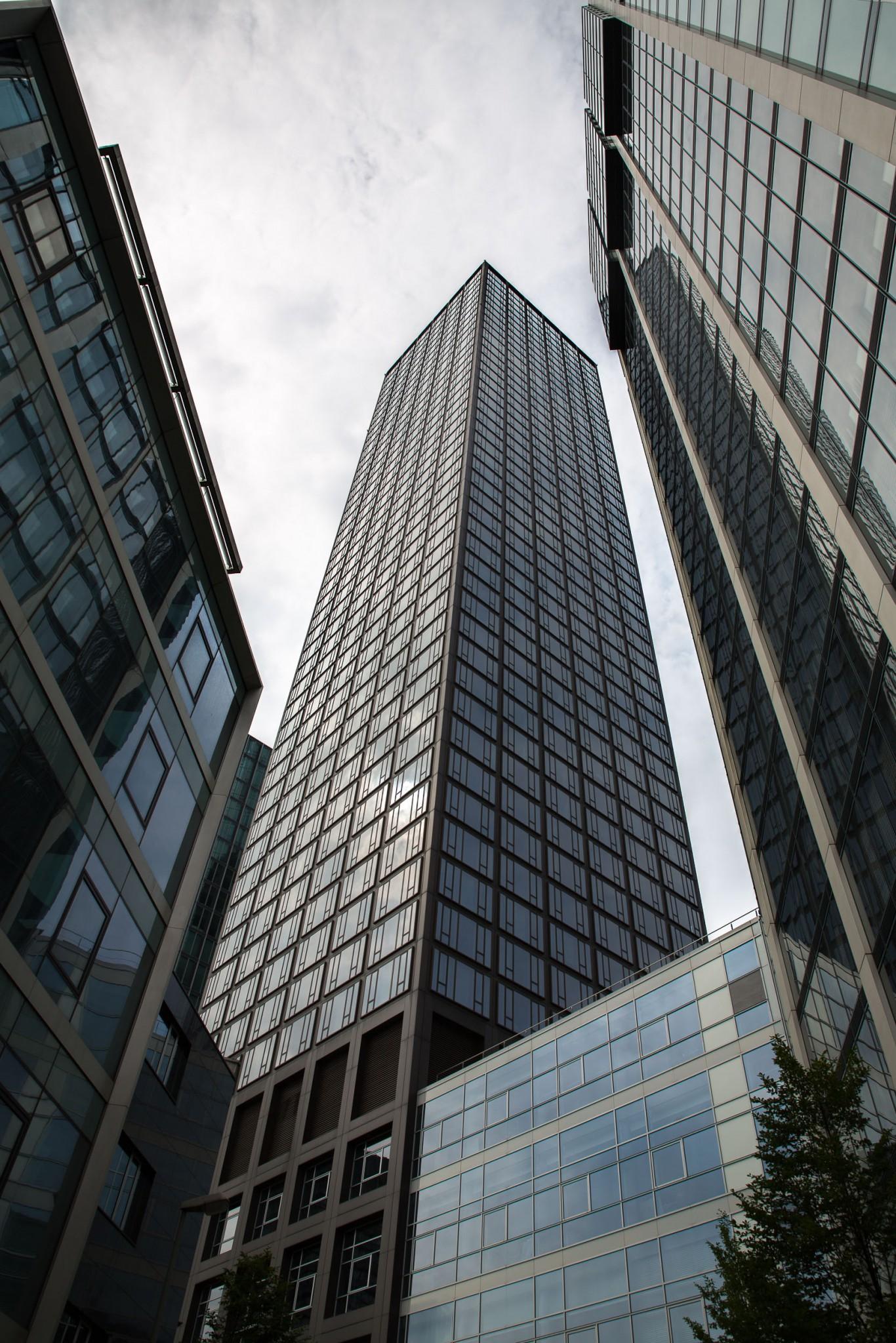 Über 50 Stockwerke hinauf auf die Aussichtsplattform.