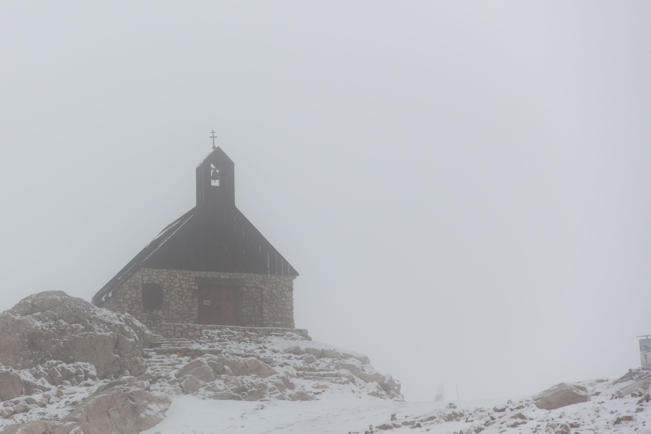 Die Kapelle einige Minuten zuvor, noch von Wolken verdeckt
