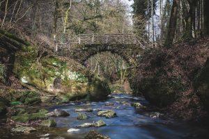 Brücke von der Seite ohne Wasserfall