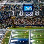 Ein Stadion rollt der Ball