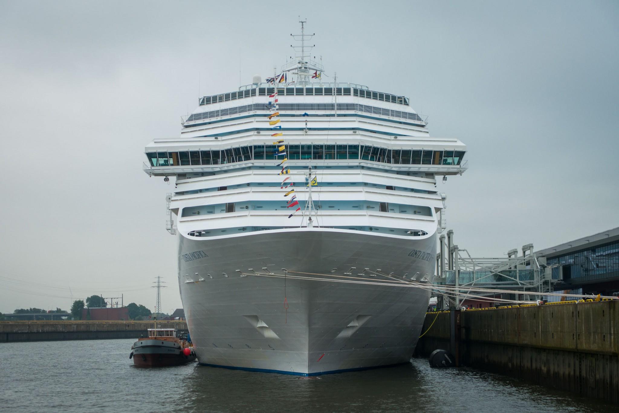 Kreuzfahrtschiff in Hamburger Hafen
