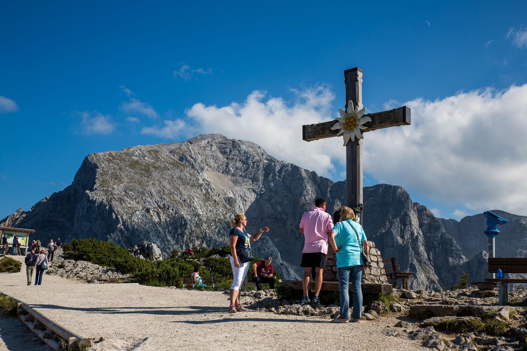 Das Gipfelkreuz mit Edelweiß
